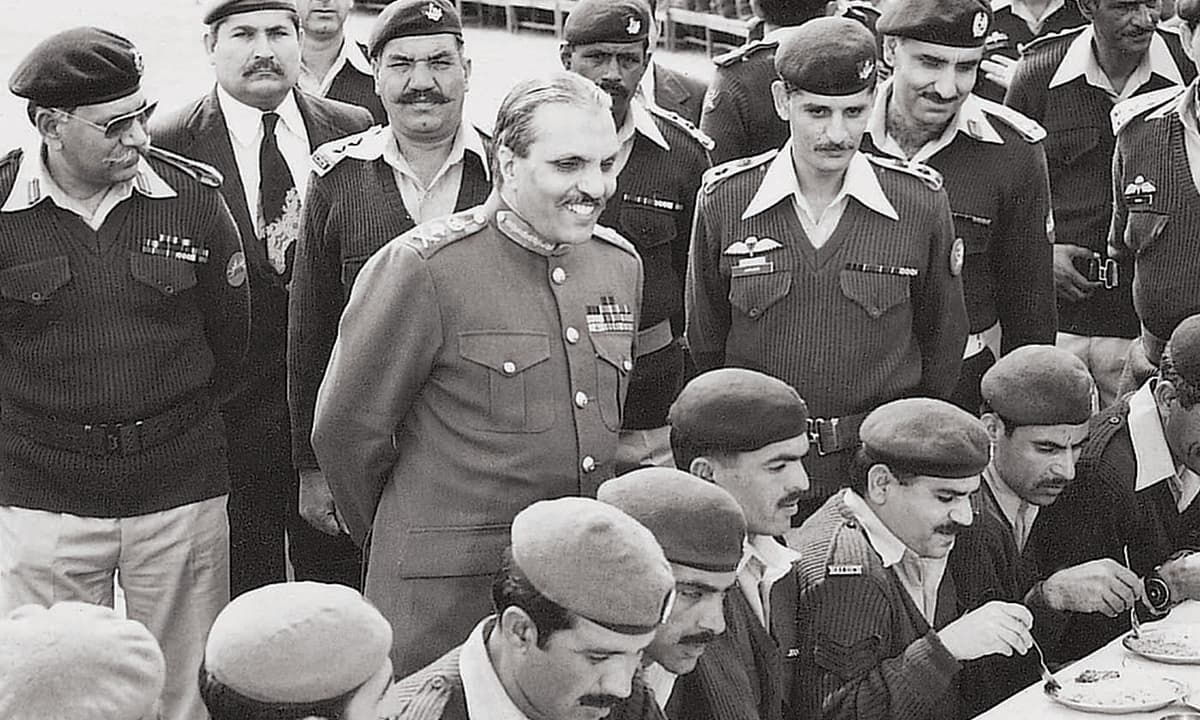 General Zia-ul-Haq observes military members